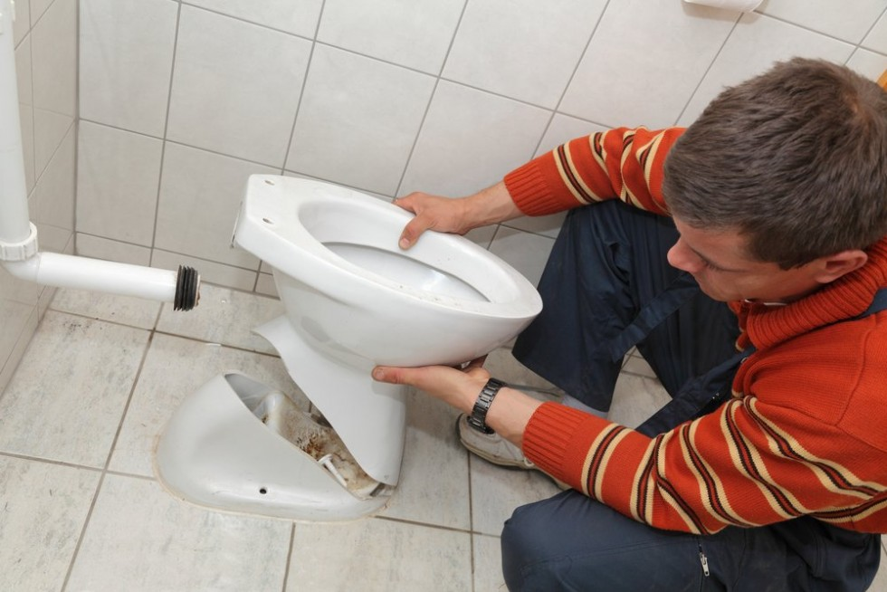 How much does a plumber charge to fix a toilet?